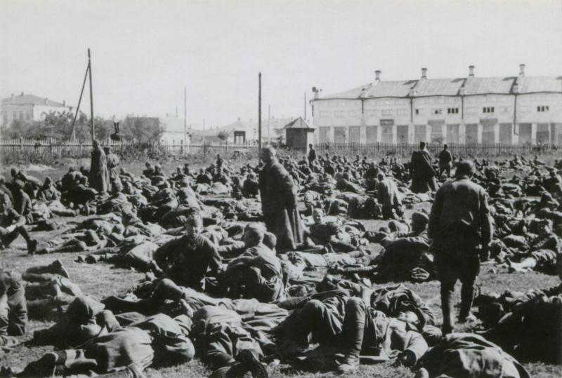 Sowjetische Kriegsgefangene in einem Lager bei Potschuz, 1941.